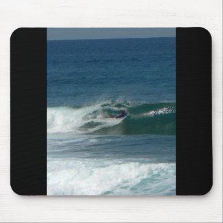 La persona que practica surf encendido ve alfombrilla de raton