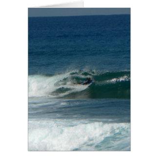 La persona que practica surf encendido ve tarjetón