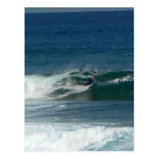 La persona que practica surf encendido ve tarjeta postal