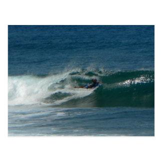 La persona que practica surf encendido ve postal