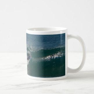 La persona que practica surf encendido ve taza de café