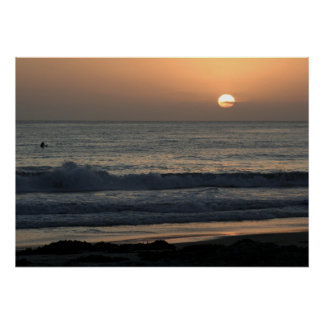 La persona que practica surf que mira el Sun va ab Impresiones