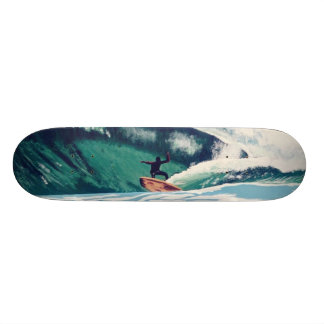 La persona que practica surf que practica surf pra tabla de patinar