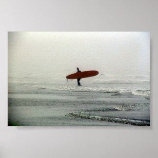 La persona que practica surf solitaria impresiones