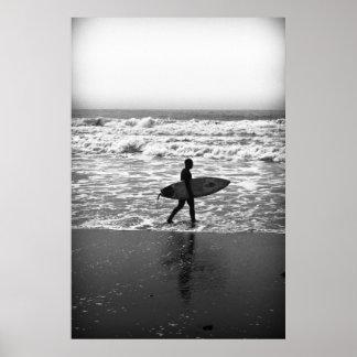 La persona que practica surf solitaria y el mar poster