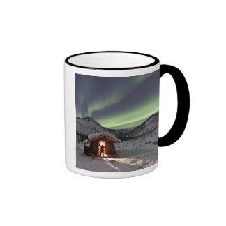 La persona se coloca en la entrada de la cabina 2 taza de café