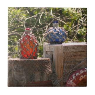 La pesca de cristal flota azul rojo en escena de l tejas  ceramicas