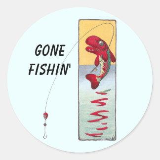 La pesca de pescados echa una línea pegatina redonda