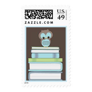 La pila de libro del búho del bebé trae un azul envio
