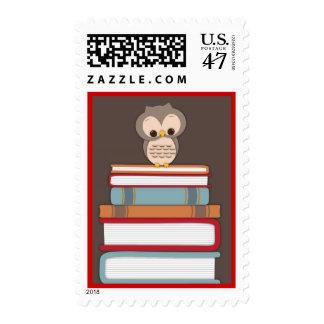 La pila de libro del búho del bebé trae un rojo sello postal