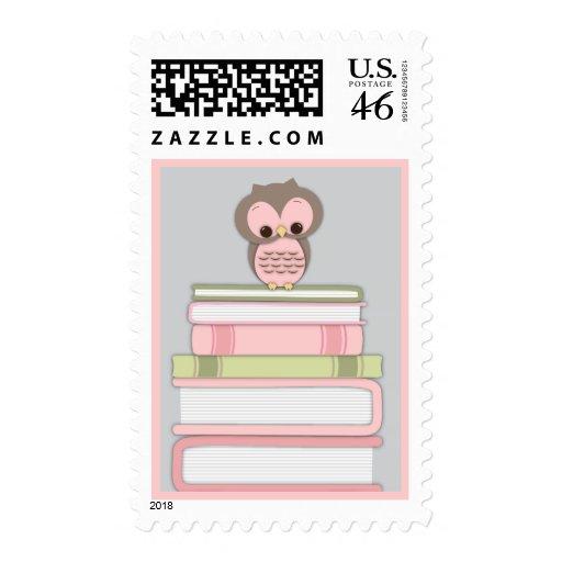 La pila de libro del búho del bebé trae un rosa de sello