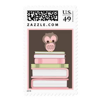 La pila de libro del búho del bebé trae un rosa envio