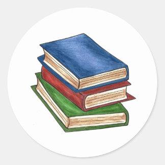La pila de libros leyó a los pegatinas del pegatina redonda