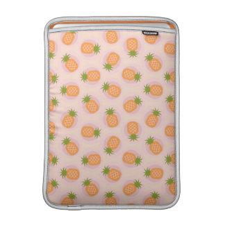La piña anaranjada rosada retra modela el fundas macbook air