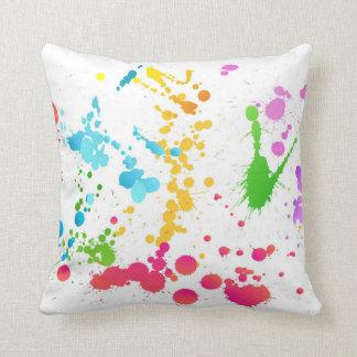 La pintura multicolora salpicó la almohada de tiro