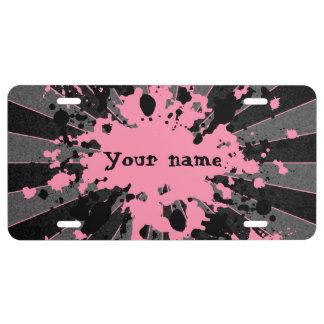 La pintura rosada salpica negro y el gris placa de matrícula