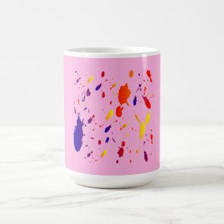 la pintura rosada salpica taza básica blanca