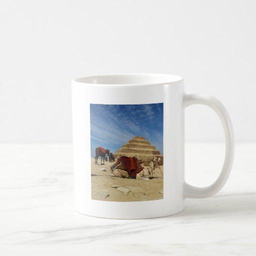 La pirámide de Djoser (Zoser) con el camello Taza Clásica