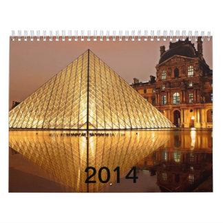 La pirámide del Louvre en el patio del Louvre Calendario