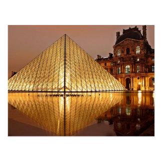 La pirámide del Louvre en el patio del Louvre Postales