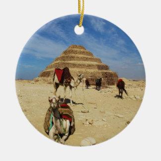 La pirámide del paso de Djoser en Saqqara en Adorno Navideño Redondo De Cerámica