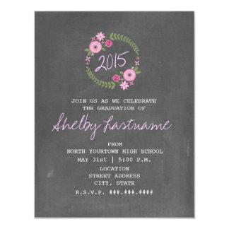 """La pizarra inspiró la graduación floral rosada de invitación 4.25"""" x 5.5"""""""