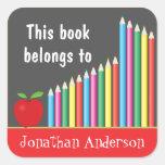 La pizarra y los lápices coloreados, este libro pegatina cuadrada