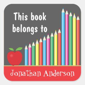 La pizarra y los lápices coloreados, este libro pegatinas cuadradas