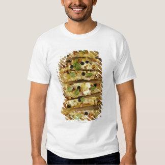 La pizza cortó en pedazos camisas