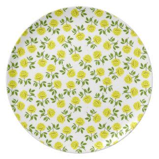 La placa amarilla de los rosas de té platos