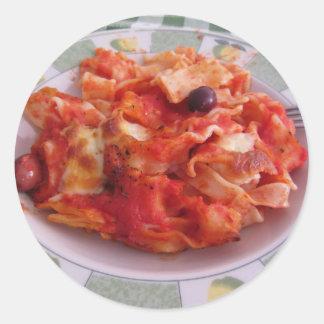 La placa del hogar hecha coció las pastas en el pegatina redonda