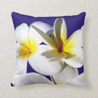 la planta del ti florece back.jpg azul blanco amar almohadas