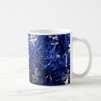 La plata azul de la malla protagoniza el fondo del tazas