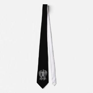 La plata graba en relieve el lazo del ángel de la corbata