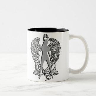 La plata graba en relieve la taza del ángel de la