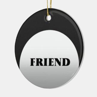 La plata y ennegrece a dos amigos del tono adorno navideño redondo de cerámica