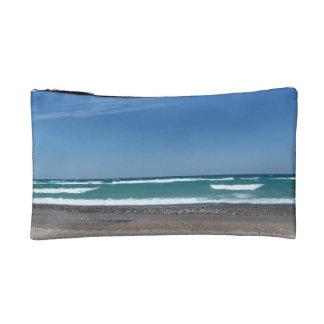 La playa agita el bolso cosmético