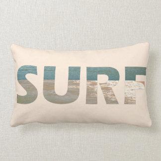 La playa agita la almohada de tiro de la resaca