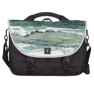 La playa de la comodidad del océano agita los rega bolsas de portatil