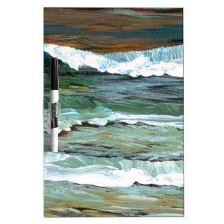 La playa de la comodidad del océano agita los rega tableros blancos
