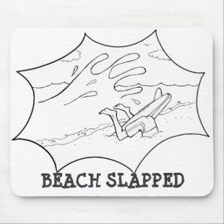 La playa dio una palmada a la persona que practica tapete de ratones