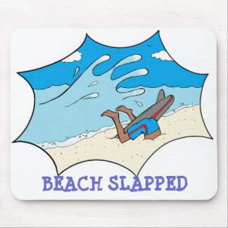 La playa dio una palmada a la persona que practica tapetes de ratón