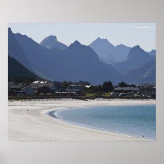 La playa en Ramberg es famosa por sus 2 blancos Póster