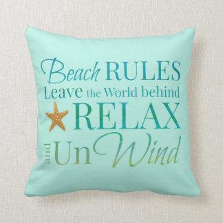 La playa gobierna la almohada de la tipografía