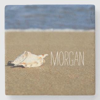 La playa hermosa agita el monograma del Seashell Posavasos De Piedra
