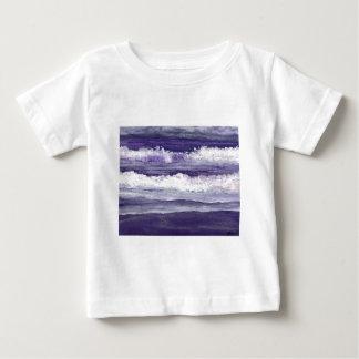 La playa púrpura del océano del mar agita el mar poleras
