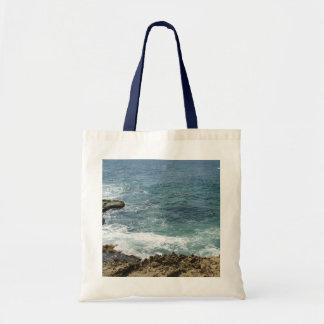 La playa resuelve el océano bolsas