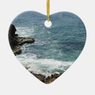 La playa resuelve el océano adorno de cerámica en forma de corazón