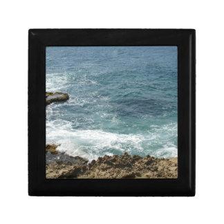 La playa resuelve el océano joyero cuadrado pequeño
