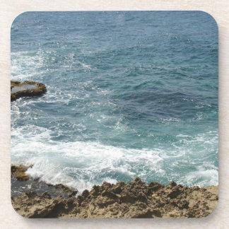 La playa resuelve el océano posavasos de bebida